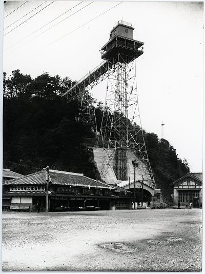 旧国鉄鳥羽駅前の風景/鳥羽日和山エレベーターと森井商店1